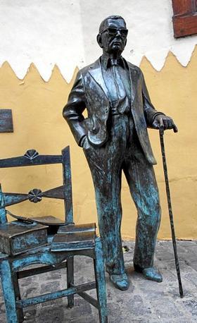 La escultura de Néstor Álamo en Vegueta recupera su bastón