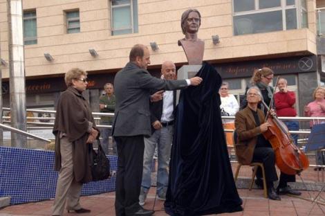 La capital rindió homenaje al tenor y maestro de canto Suso Mariategui con una plaza y un busto en Las Canteras
