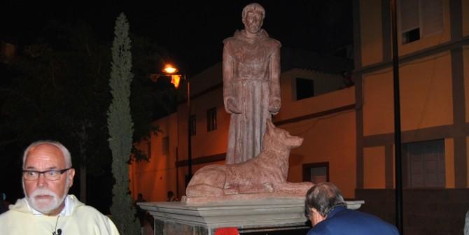 Una estatua de Francisco de Asís preside la plaza de Castillo del Romeral