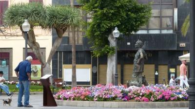 El Ayuntamiento de Las Palmas de Gran Canaria instala una placa explicativa en la escultura de Lolita Pluma