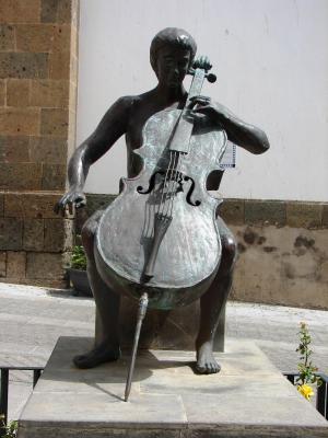 ESCULTURA LA CHELISTA  HOMENAJE A LA MUSICA
