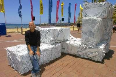 Escultura formada con basura extraída del fondo del mar en playa