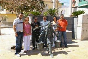 "Agüimes: Inaugurada la escultura ""Un niño junto al pilar, acarreando agua"""