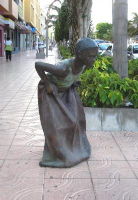 HOMENAJE JUEGOS INFANTILES, ESCULTURA CARRERA DE SACOS