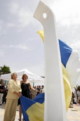 Telde recuerda a las víctimas con una escultura en la playa de Ojos de Garza