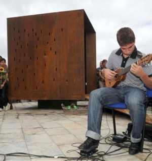 Un cubo de acero recuerda en Las Canteras el vacío que dejaron las víctimas