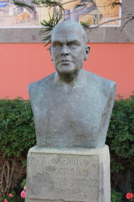 ESCULTURA  DOCTOR  JUAN ESPINO SANCHEZ