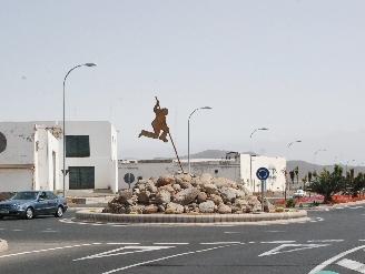 Una escultura del Salto del Pastor embellece el nuevo tramo de la Avenida de Las Tirajanas
