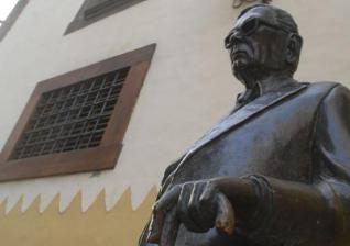 La escultura de Néstor Álamo en Vegueta aparece sin su bastón