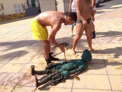 La escultura del niño marisqueador de Arinaga deja la marea