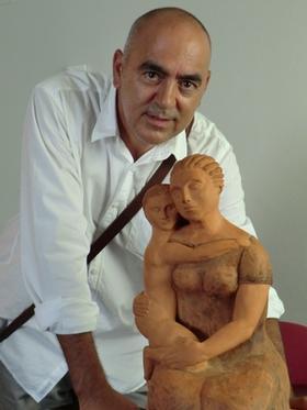 Un padre, agradecido, dona una escultura al Materno