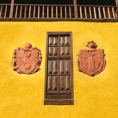 RELIEVE DEL ESCUDO HERALDICO DE LA FAMILIA MARTIN DE GUZMAN Y EL DE NUESTRO REY FERNANDO GUANARTEME