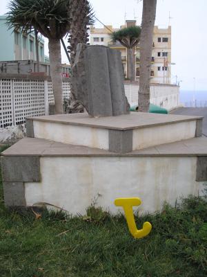 ESCULTURA MONUMENTO A LOS LIBROS