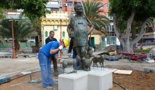 Operarios municipales colocan la estatua de Lolita Pluma en Santa Catalina. | lp / dlp